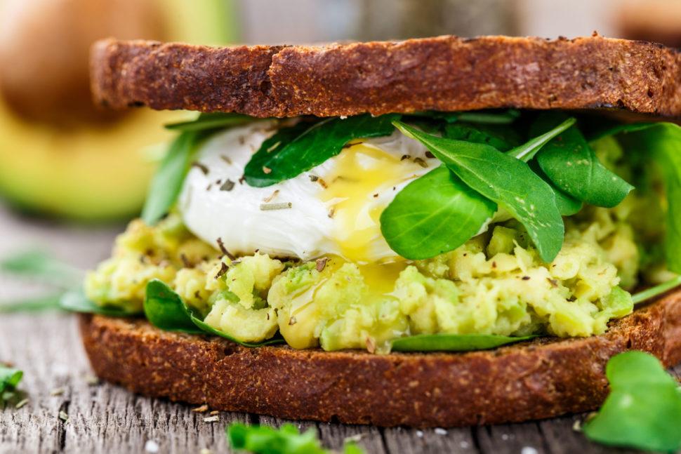 Žitný sendvič savokádem apošírovaným vejcem podle Metabolci balance®