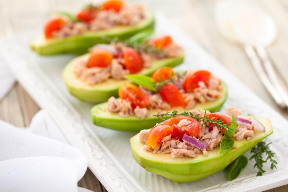 Avokádo plněné tuňákem, červenou cibulí, cherry rajčaty abylinkami - strava vhodná vmenopauze