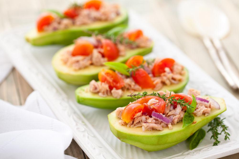 Avokádo plněné tuňákem, červenou cibulí, cherry rajčaty a bylinkami - strava vhodná v menopauze