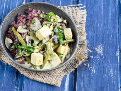 Zeleninové kari s tofu, zelenými fazolkami a špenátem - jak zhubnout v menopauze