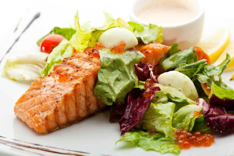 Losos se salátem - strava v menopauze