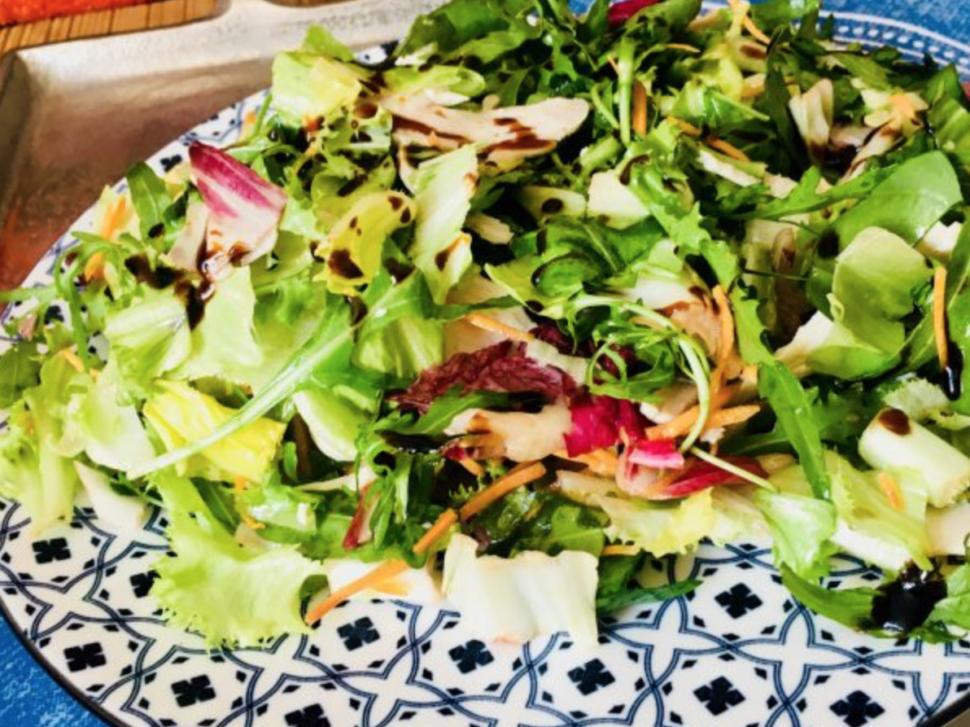 Barevný salát s drůbežími grilovanými plátky