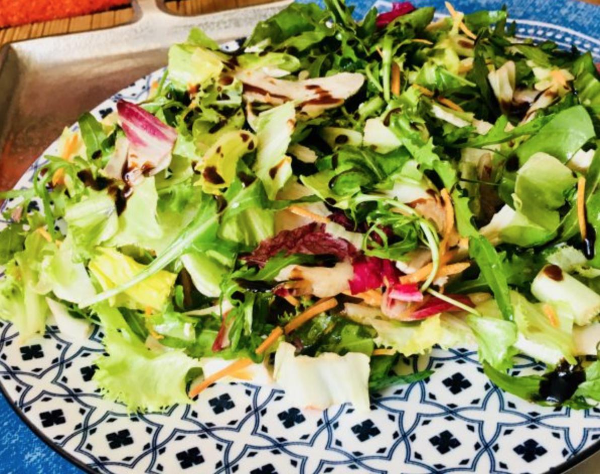 Barevný salát sdrůbežími grilovanými plátky