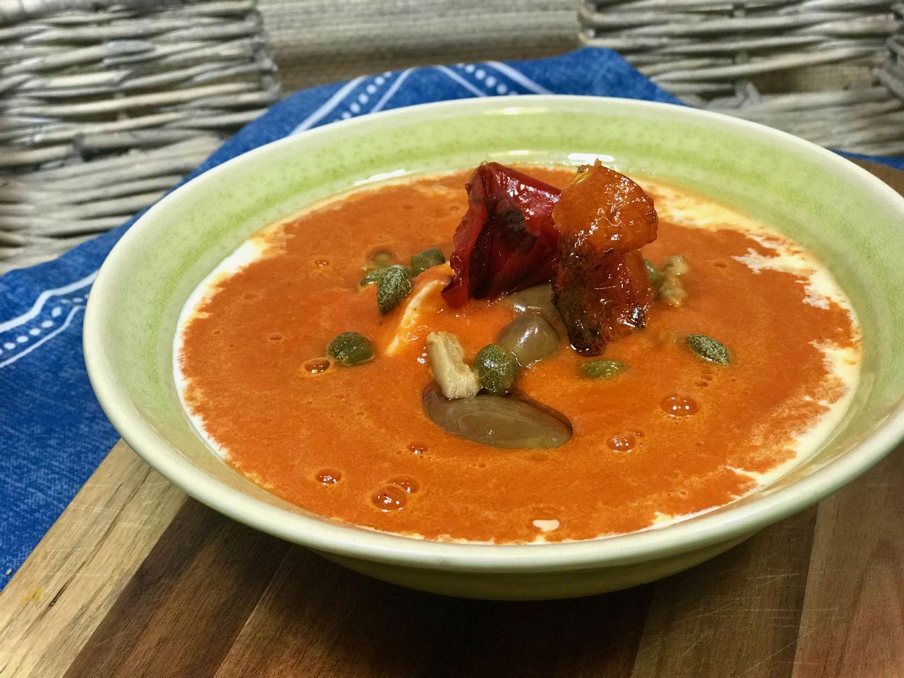 Rajčatová polévka spečenými paprikami, olivami akapary - Jak zhubnout vmenopauze
