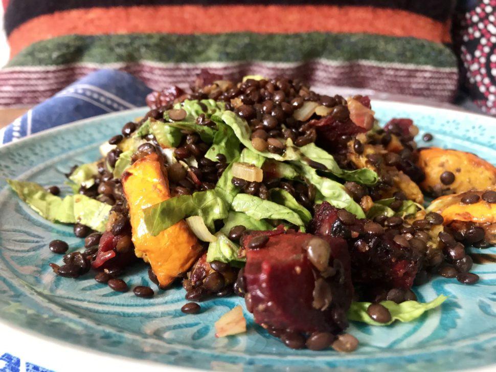 Teplý čočkový salát s pečenou zeleninou - jak zhubnout v menopauze