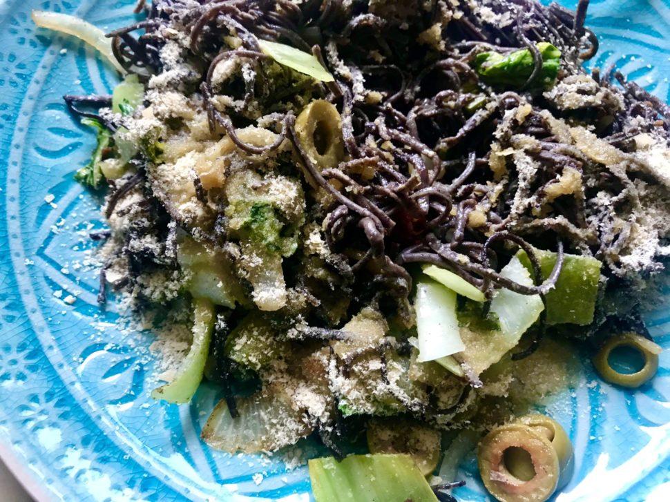 Proteinové těstoviny z luštěnin se zeleninou a lahůdkovým droždím