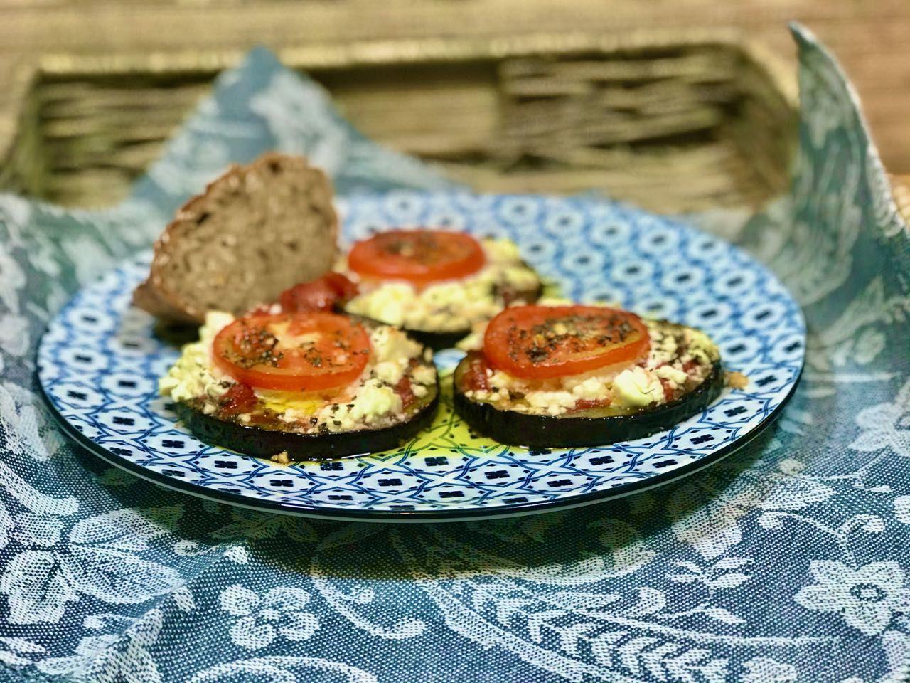Lilkové minipizzy - lilek, rajčata, sýr, bylinky